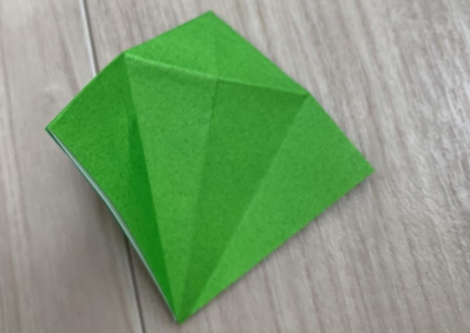 年長男子が折り紙で折り鶴に挑戦